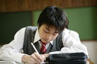 教室の机で勉強する生徒たち