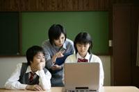 教室でパソコンをする生徒たちと先生 11006002347| 写真素材・ストックフォト・画像・イラスト素材|アマナイメージズ