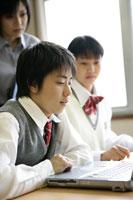教室でパソコンをする生徒たちと先生 11006002349| 写真素材・ストックフォト・画像・イラスト素材|アマナイメージズ