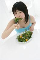 サラダを食べる10代の女の子