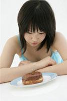ドーナツを食べる10代の女の子