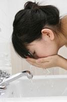 洗顔をする女性 11006002509| 写真素材・ストックフォト・画像・イラスト素材|アマナイメージズ
