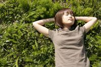 若草の上で寝転ぶ女性 11006002590| 写真素材・ストックフォト・画像・イラスト素材|アマナイメージズ