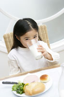 ミルクを飲む女の子