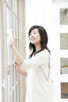 窓拭きをするお母さん 11006002793| 写真素材・ストックフォト・画像・イラスト素材|アマナイメージズ