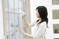 窓拭きをするお母さん 11006002794| 写真素材・ストックフォト・画像・イラスト素材|アマナイメージズ