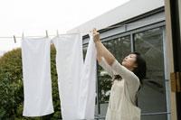 洗濯物を干すお母さん 11006002805| 写真素材・ストックフォト・画像・イラスト素材|アマナイメージズ