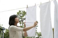 洗濯物を干すお母さん 11006002806| 写真素材・ストックフォト・画像・イラスト素材|アマナイメージズ
