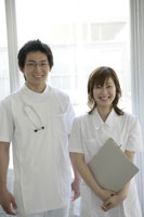 男性医師(研修医)と女性看護師