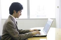 デスクでパソコンをする男性