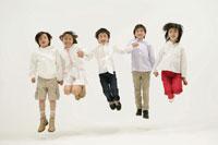 一列に並んでジャンプする子供たち