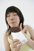 チョコをかじる女の子