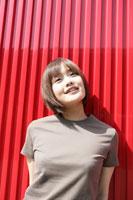 赤い壁の前の女の子