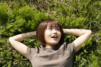 野原に寝転ぶ女の子 11006003506| 写真素材・ストックフォト・画像・イラスト素材|アマナイメージズ