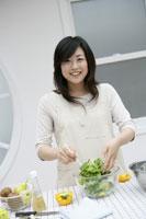 料理をする女性 11006003616| 写真素材・ストックフォト・画像・イラスト素材|アマナイメージズ