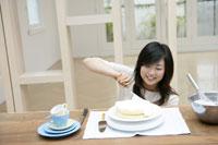 ケーキのクリームを塗る女性