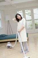 掃除機をかける女性 11006003640| 写真素材・ストックフォト・画像・イラスト素材|アマナイメージズ