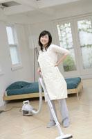 掃除機をかける女性 11006003641| 写真素材・ストックフォト・画像・イラスト素材|アマナイメージズ