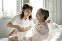 看護婦と患者さん 11006003697| 写真素材・ストックフォト・画像・イラスト素材|アマナイメージズ