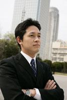 ビル街を背景に立つビジネスマン