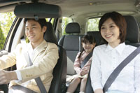 車に乗る親子3人