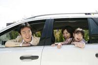 車から顔を出す親子3人