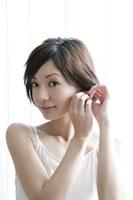 ピアスをつける若い女性 11006004583| 写真素材・ストックフォト・画像・イラスト素材|アマナイメージズ