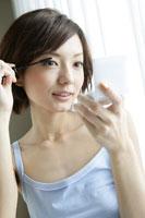 化粧をする若い女性 11006004593| 写真素材・ストックフォト・画像・イラスト素材|アマナイメージズ