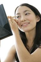 化粧をする若い女性