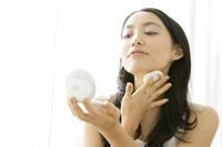 化粧をする若い女性 11006004617| 写真素材・ストックフォト・画像・イラスト素材|アマナイメージズ