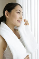 白いタオルを使う若い女性