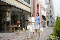 ウィンドーショッピングをする母と娘