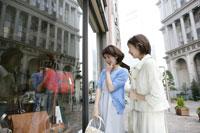 ウィンドーショッピングをする母と娘 11006008838| 写真素材・ストックフォト・画像・イラスト素材|アマナイメージズ