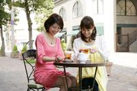 カフェでおしゃべりをする2人の若い女性