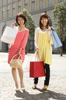 買い物をする2人の若い女性