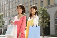 買い物をする2人の若い女性 11006008850| 写真素材・ストックフォト・画像・イラスト素材|アマナイメージズ