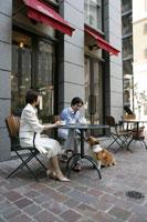 カフェでくつろぐミドルの夫婦