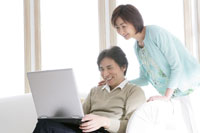 パソコンを使うミドルの夫婦