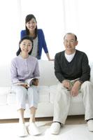 リビングルームの3人の親子