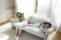 ソファで眠る母親と女の子