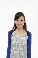 若い女性のポートレート 11006009086| 写真素材・ストックフォト・画像・イラスト素材|アマナイメージズ