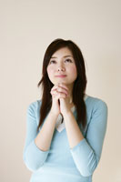 祈る若い女性