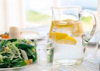レモン水とサラダ