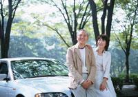 寄り添う夫婦 11007025295| 写真素材・ストックフォト・画像・イラスト素材|アマナイメージズ