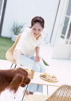 昼食シーン 11007026902| 写真素材・ストックフォト・画像・イラスト素材|アマナイメージズ