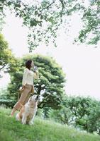 散歩 11007026948| 写真素材・ストックフォト・画像・イラスト素材|アマナイメージズ