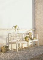 ガーデンベンチと鉢植え