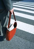 バッグを持つ女性 11007029495| 写真素材・ストックフォト・画像・イラスト素材|アマナイメージズ