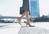 女性の足元 11007029553| 写真素材・ストックフォト・画像・イラスト素材|アマナイメージズ