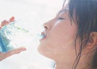 ライム水を飲む女性